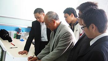 公司总工程师区正源老师指导研发设计工作